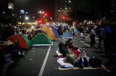 Segunda noche de acampe: cómo sigue la protesta en la 9 de Julio
