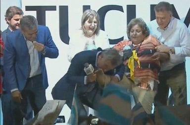 Macri en Tucumán: besó un pie y un pañuelo celeste