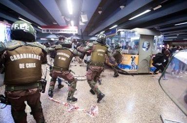 Estado de emergencia en Chile: miles de estudiantes protestan en contra de los aumentos del metro