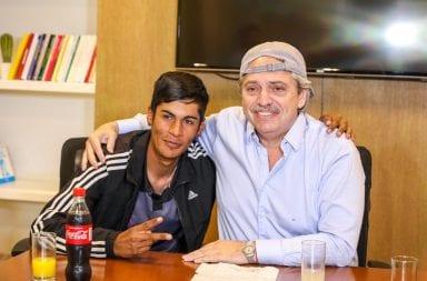 Alberto Fernández junto a Brian, el presidente de mesa que fue discriminado por su vestimenta