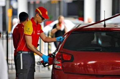 Largas colas en estaciones de servicio por aumento en la nafta.