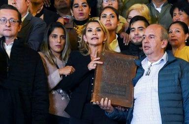 La senadora Jeanine Añez asumió como presidenta de Bolivia con el aval de la iglesia y la oposición