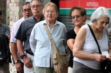 Coronavirus: Analizan abrir bancos para pagar a los jubilados sin tarjetas de débito
