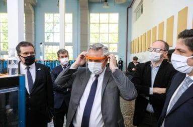 Alberto Fernández visitó el Museo Malvinas y Educ.Ar, donde se fabrican 7 mil máscaras por día de protección contra el coronavirus