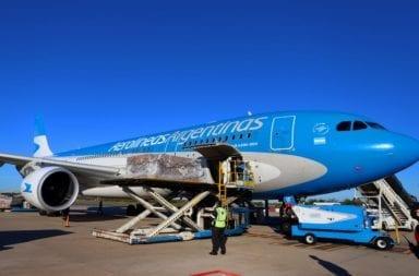 Trasladaron el cuerpo embalsamado de un empresario fallecido por coronavirus en un vuelo de repatriados