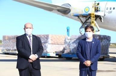 """Llegó el vuelo de Aerolíneas Argentinas con  insumos de China """"estamos cuidando a nuestros profesionales de la Salud, trajimos un millón de barbijos"""" , dijo Kicillof"""