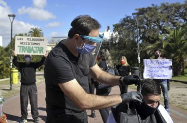 Coronavirus-Peluquerías: En La Plata los peluqueros cortaron el pelo gratis frente a Gobernación, en reclamo de que los autoricen a trabajar