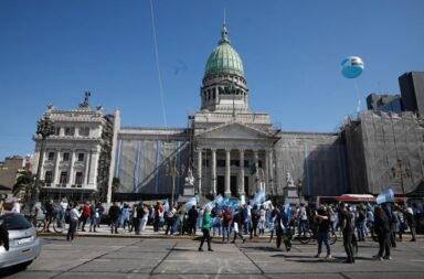 Reforma judicial: protestas con banderas frente al Congreso