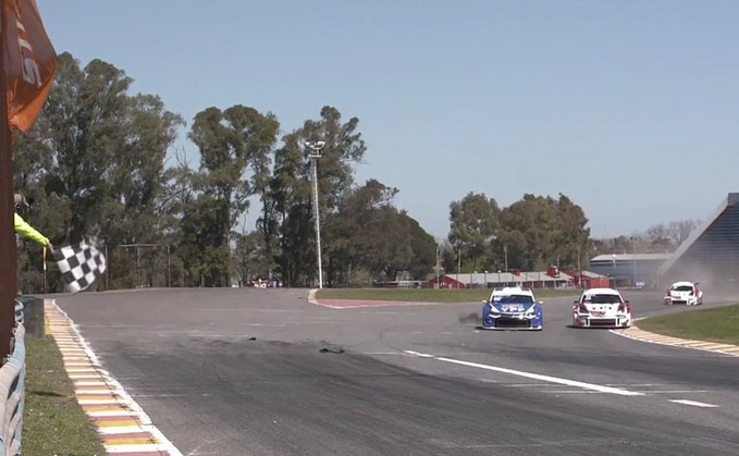 Canapino le ganó el duelo a Rossi y festejó en la primera del Súper TC2000