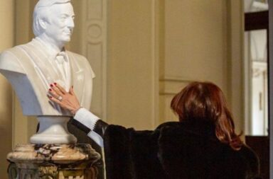 El emotivo gesto de Cristina Fernández de Kirchner al ver el busto del expresidente Néstor Kirchner en la Casa Rosada