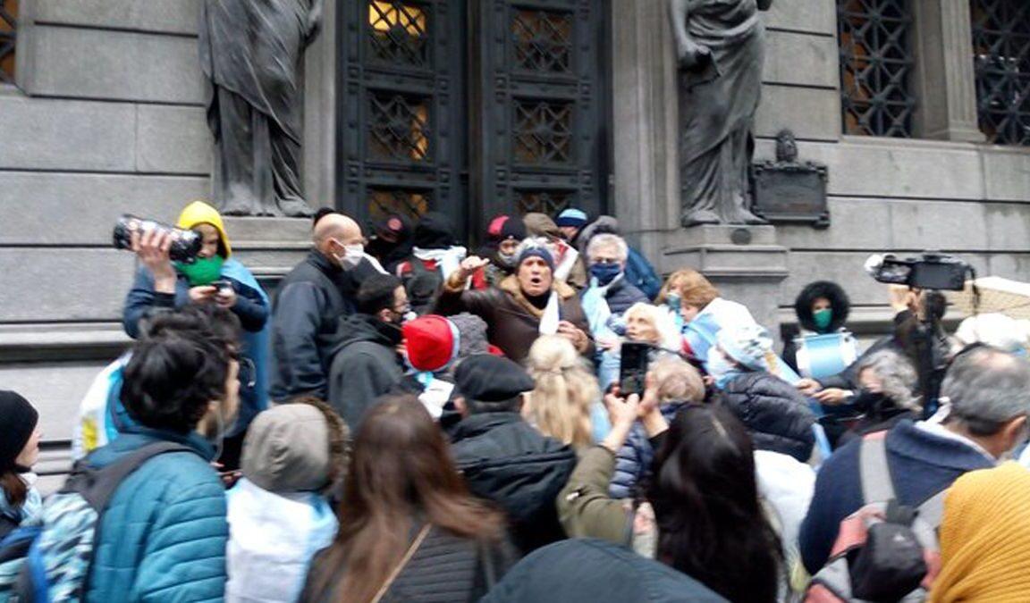 Incidentes en Diputados: un grupo de manifestantes opositores intentaron ingresar por la fuerza y se generaron disturbios