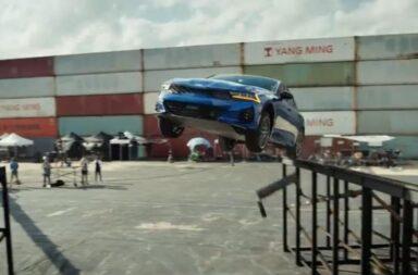 Kia presentó al K5 con un espectacular salto de 360° en los premios Emmy