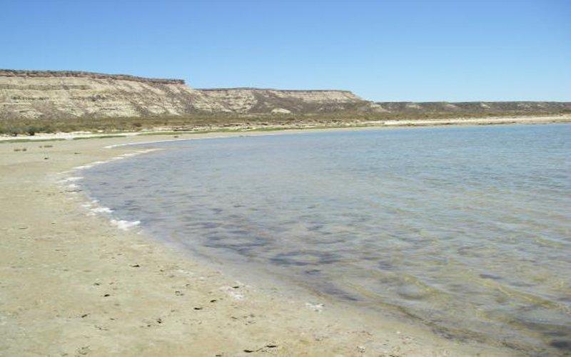 Las Grutas: aguas cálidas y playas con acantilados