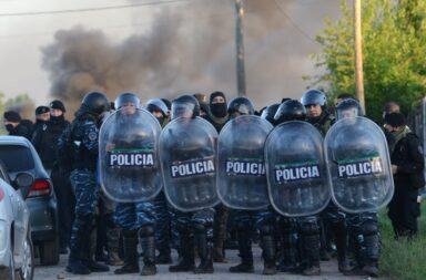 Desalojo violento en la toma de Guernica: la policía avanzó sobre los ocupantes con balas de goma y gases lacrimógenos