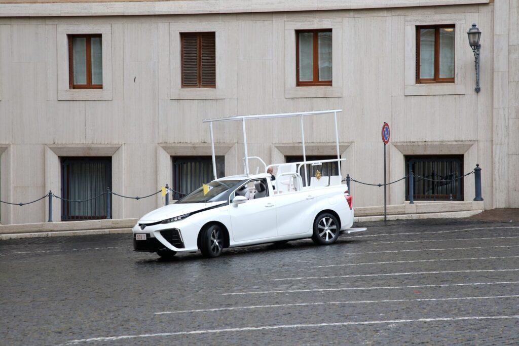 Toyota Mirai: El nuevo coche a hidrógeno del Papa Francisco