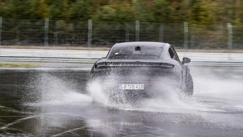 El Porsche Taycan realizó un drift de 42 kilómetros en 55 minutos y se metió en los Récord Guinness