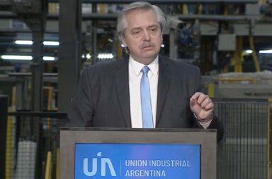 """Fernández cerró la conferencia de la UIA: """"De la pobreza no se sale con el auxilio de Estado a través de planes, se sale con empresarios que inviertan y den trabajo"""""""