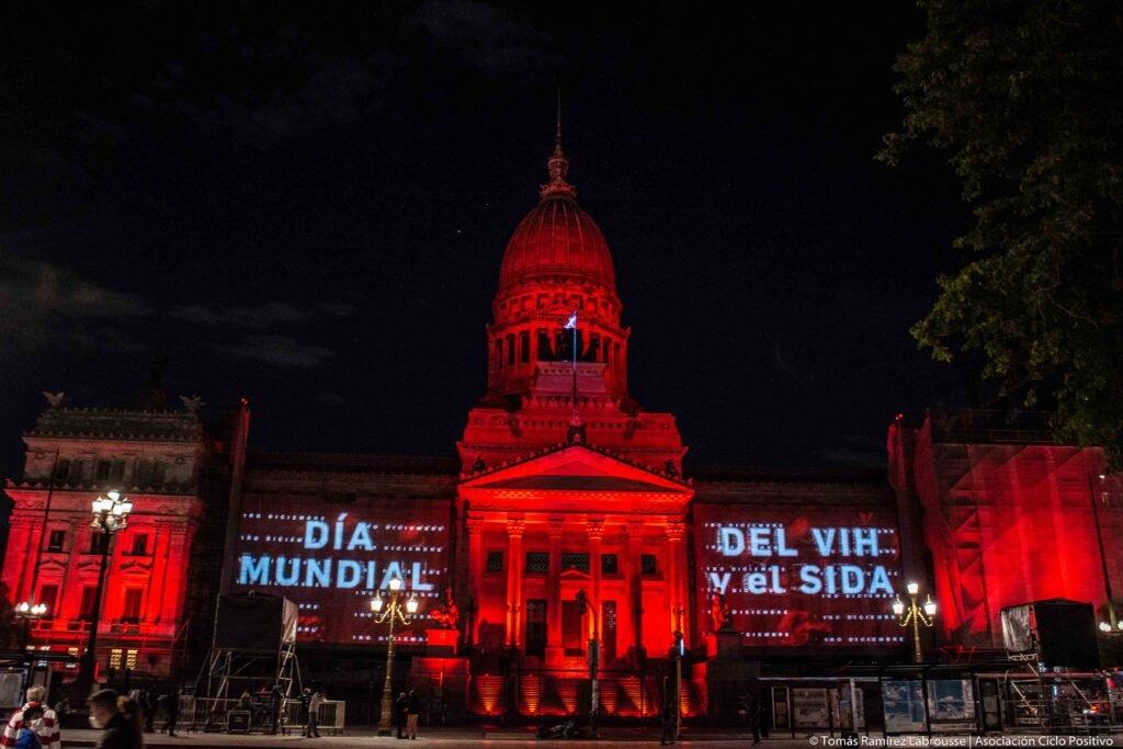 En el Día Mundial de la Lucha contra el VIH y Sida el Congreso se tiñó de rojo para reclamar por una nueva ley