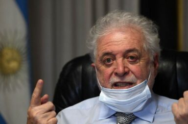 """Ginés González García: """"no quiero ser aguafiestas, pero la vacuna no resuelve el problema"""""""