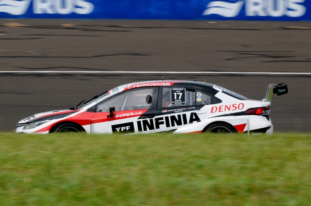 Un neumático le jugó una mala pasada a Pernía y Rossi aprovechó para llevarse un triunfo clave