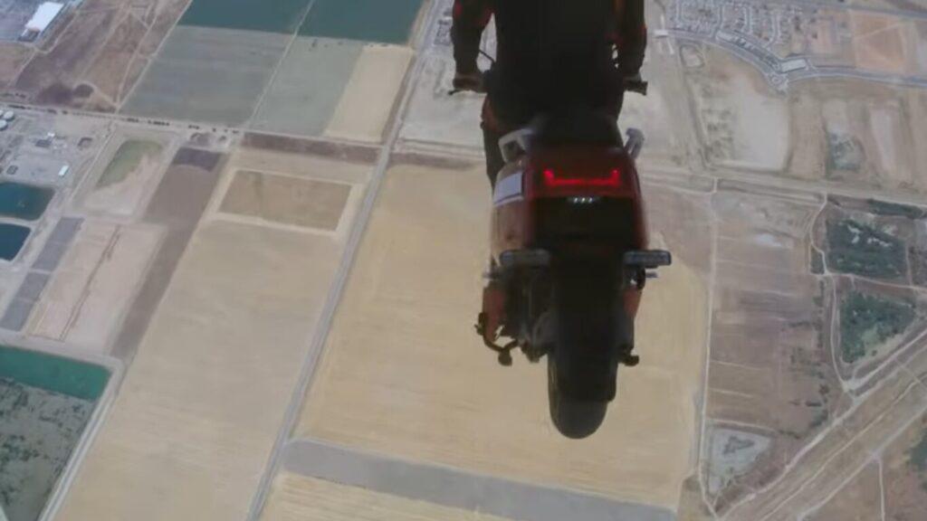 ¡Increíble! Presentan una nueva moto con un salto al vacío desde una avioneta