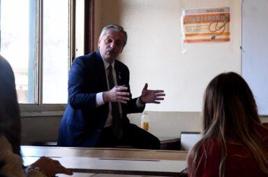 """Un grupo de estudiantes de Derecho de la UBA desafió a Alberto Fernández: """"Profesor, la vacunación VIP es un delito"""""""