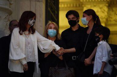 Cristina Fernández de Kirchner junto a Zulema y Zulemita recibió al cortejo que trasladó los restos del expresidente Carlos Menem al Congreso