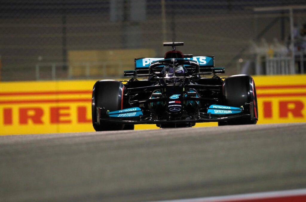 Hamilton se impuso en un atrapante mano a mano con Verstappen en Bahrein