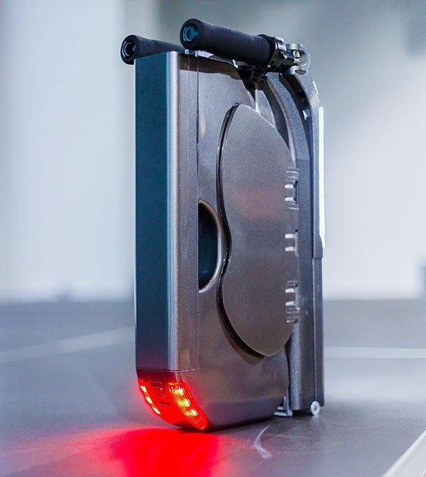 Conoce el monopatín eléctrico plegable que entra en una mochila