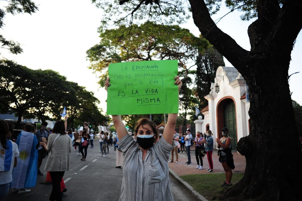 Más protestas y cacerolazos en contra de las nuevas restricciones