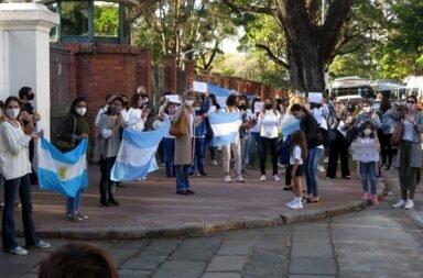 Con un banderazo frente a la Quinta de Olivos pidieron que sigan las clases presenciales en la Provincia de Buenos Aires