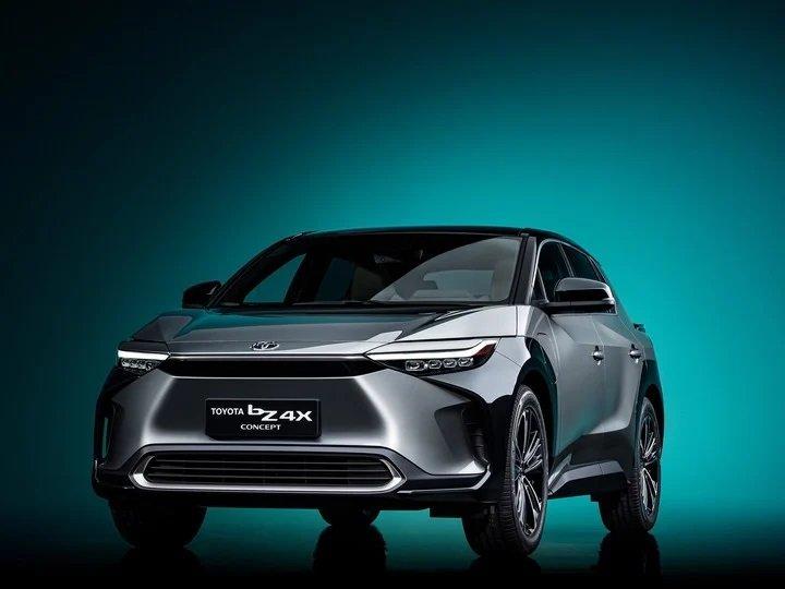 Toyota devela su SUV eléctrico con un volante plano y carga solar