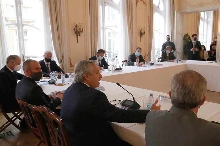 Fernández en la embajada argentina en París con directivos de empresas francesas con inversiones en la Argentina