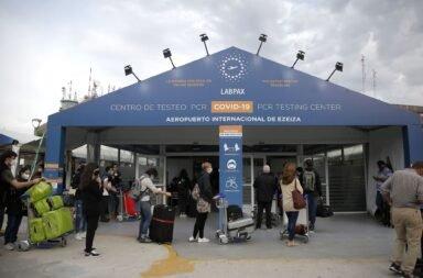 Allanan Aeropuertos Argentina 2000 por sospechas en la empresa que realiza los hisopados de Covid-19