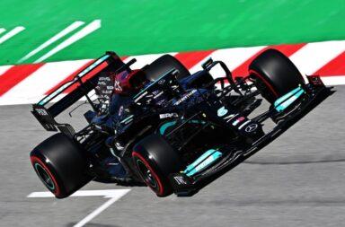 Hamilton y la estrategia de Mercedes batieron a Verstappen en España