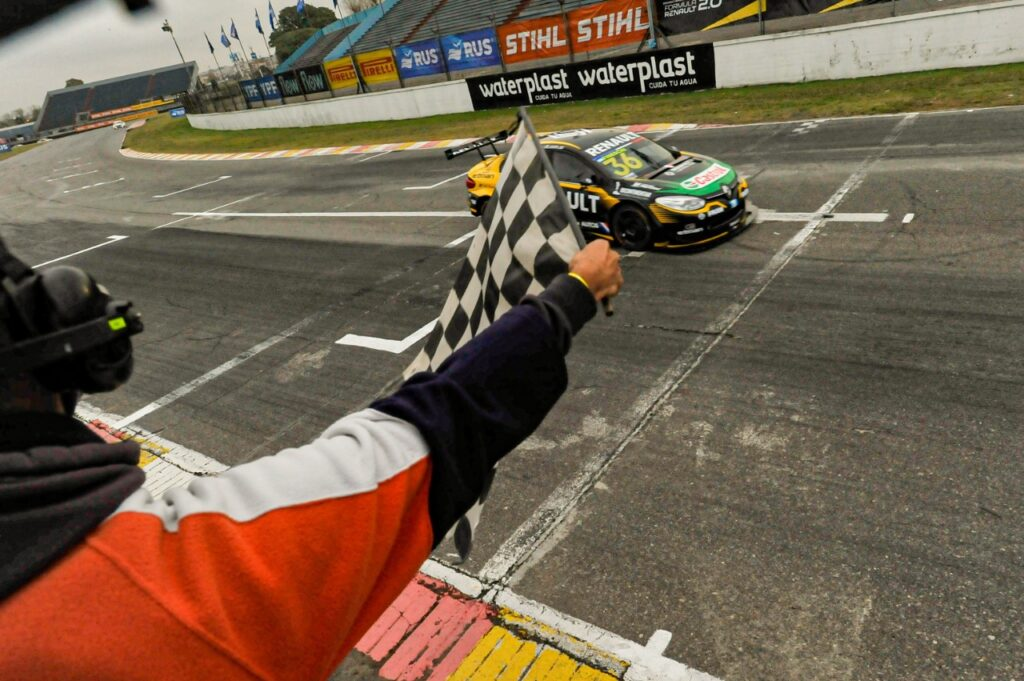 Fineschi se quedó con la carrera entresemana del Súper TC2000 en Buenos Aires
