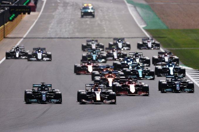 Hamilton se llevó una carrera polémica en Silverstone y se acercó en el campeonato de F1
