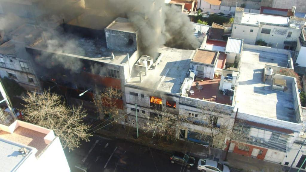 Incendio y peligro de derrumbe en Barracas