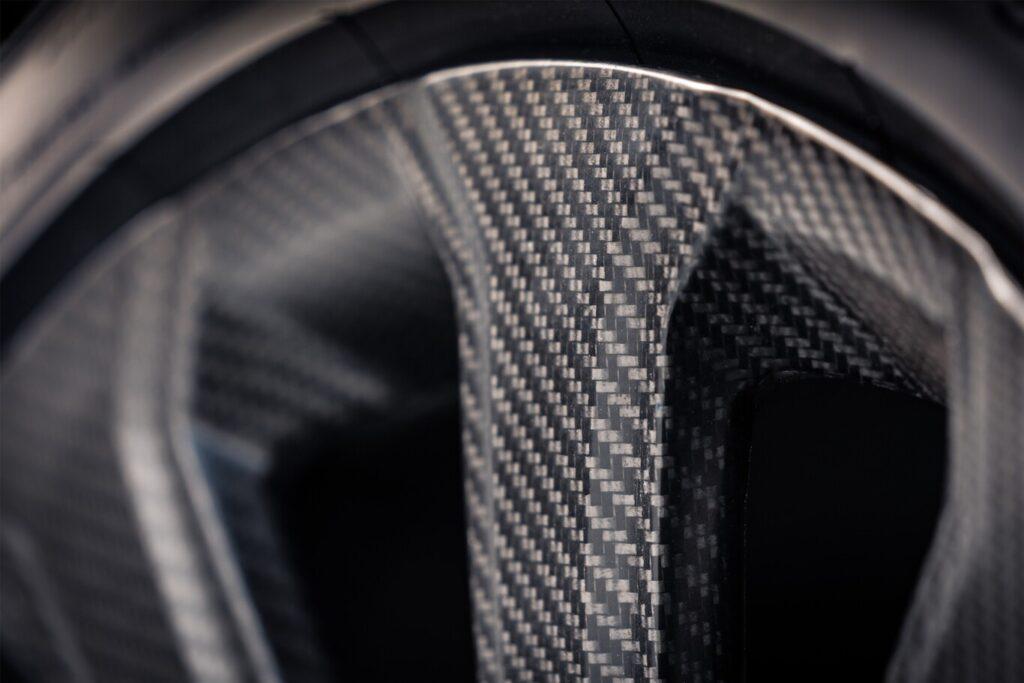 ¿Llantas de 22 pulgadas en fibra de carbono? Así es la última creación de Bentley