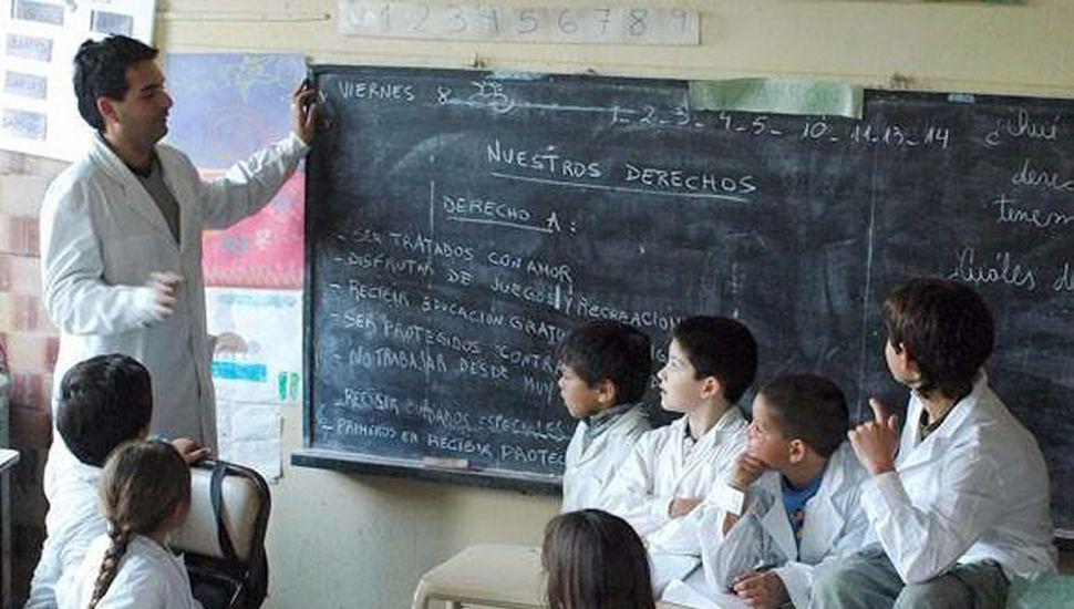 Día del maestro: un informe revela que están entre los peores pagos según su formación