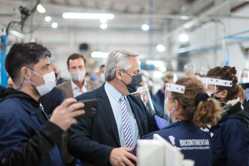 Alberto Fernández recorrió una fábrica que cerró durante el gobierno de Macri