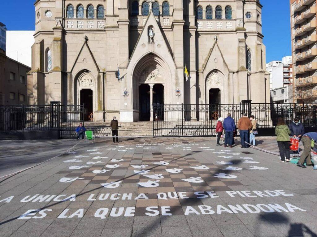 Los pañuelos de las Madres de Plaza e Mayo vandalizados frente a la Catedral