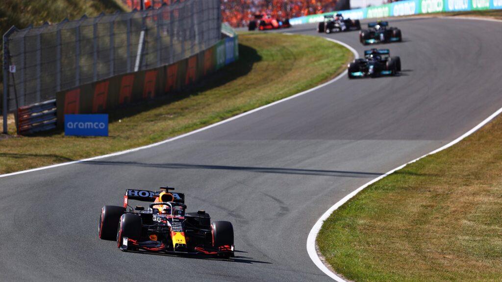 Verstappen le dio pelea a los Mercedes, ganó en su casa y es líder de la F1 otra vez