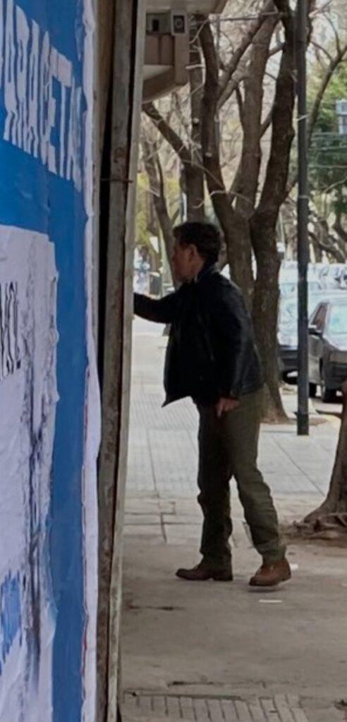 Alfredo Casero, cuestionado por vandalizar una grafica de campaña política