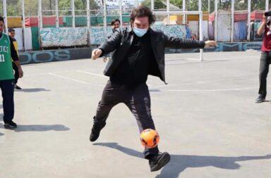 Milei jugó al fútbol e hizo campaña en la Villa 31