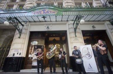 Con un recorrido por bares históricos del Centro y Microcentro porteño se celebró en la Ciudad el