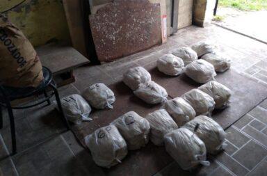Una fábrica clandestina fue clausurada por hacer milanesas y almacenarlas en tachos de pintura